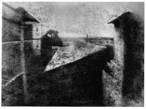 Point de vue du Gras : La cour du domaine du Gras, dans le village de Saint-Loup-de-Varennes, première expérience réussie de fixation permanente d'une image de la nature (Nicéphore Niépce en 1826).