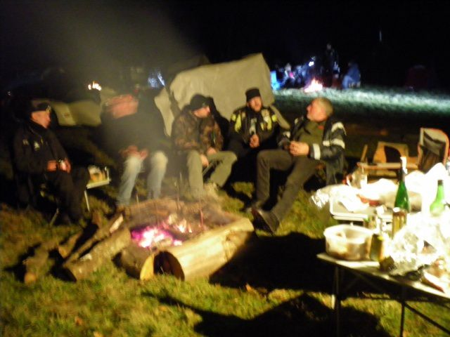 le nuit tombé nous sommes tous autour du feu il fait assez froid