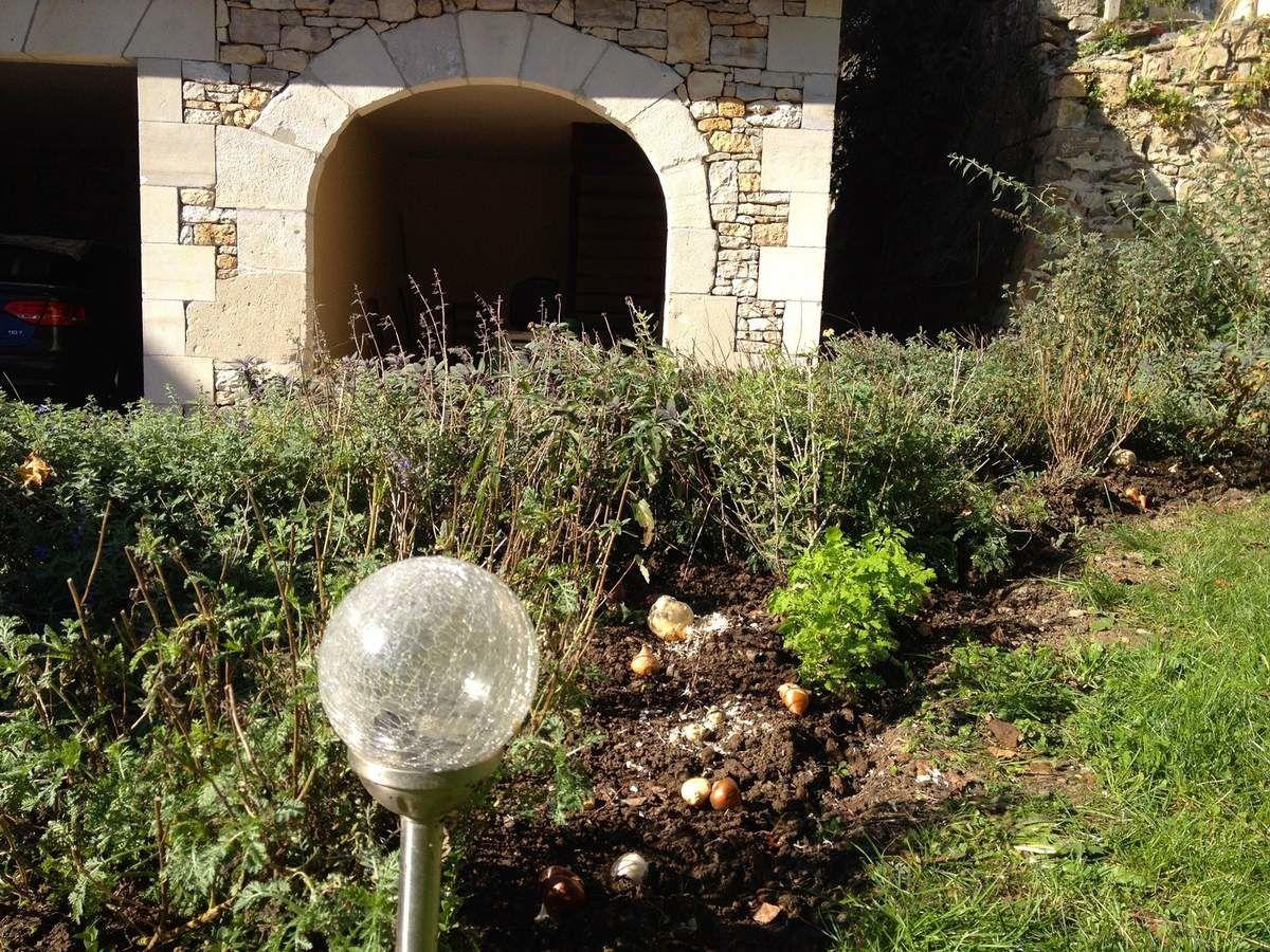 17 octobre - les bulbes sont plantés dans le massif Florentin. Cela permettra un fleurissement printanier à ce massif d'été