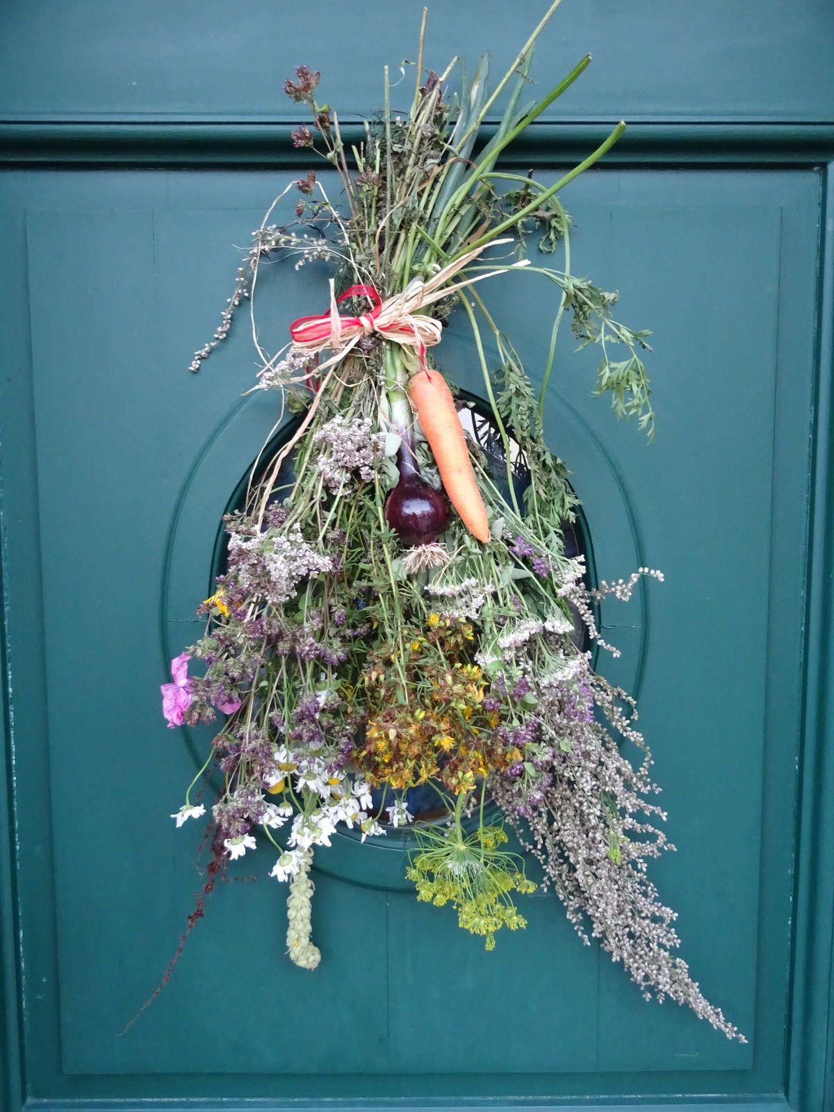 """Le """"Wisch"""" de mon amie Anne-Marie du Luxembourg : il s'agit d'une sorte de bouquet traditionnel avec plantes et légumes du jardin, des champs et des plantes médicinales. Ce Wësch protège la maison et ses composants sont utilisés au cours de l'année en cas de besoin. 19 août 2016"""