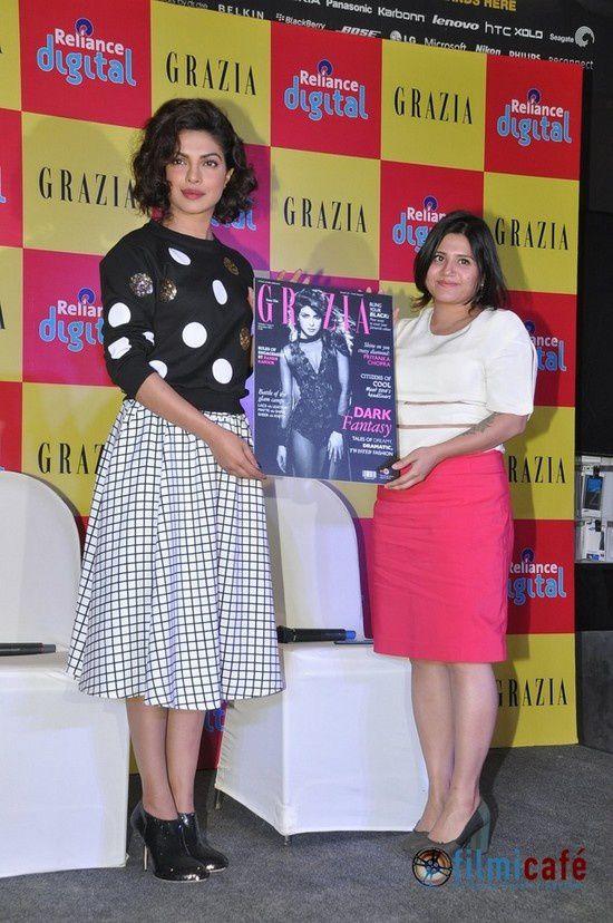 Priyanka Chopra dévoile le magazine Grazia à la presse pour lequel elle fait la une