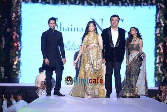 Sonakshi Sinha, Aamir Khan défilent pour Manish Malhotra