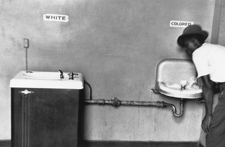 Les blancs et les noirs ne disposaient pas du même robinet. Aujourd'hui, il en existe un seul, celui du peuple métissé.
