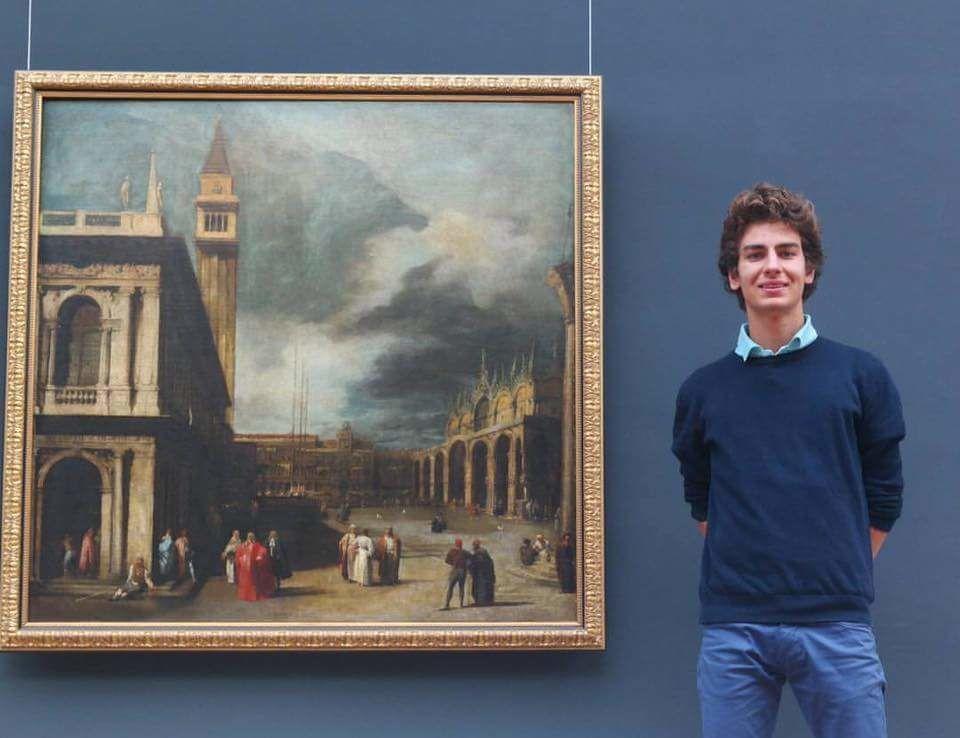 Luca au Musée des Beaux Arts de Brest devant un tableau de Canaletto