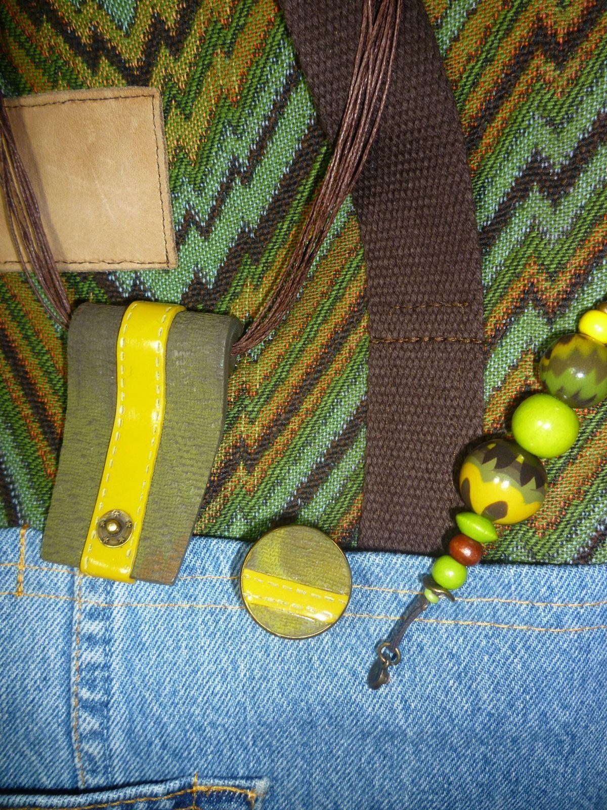 Un pendentif, une bague et le bijou de sac assortis à un tote bag (sac fourre tout) .