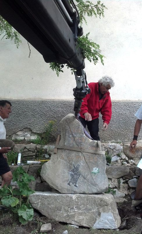 Ici nous sommes à Thorame Basse pour la mise en place de La Stèle une oeuvre d'une Tonne , pour plus d'info aller sur le site www.thoramebassedanslagrandeguerre.fr/