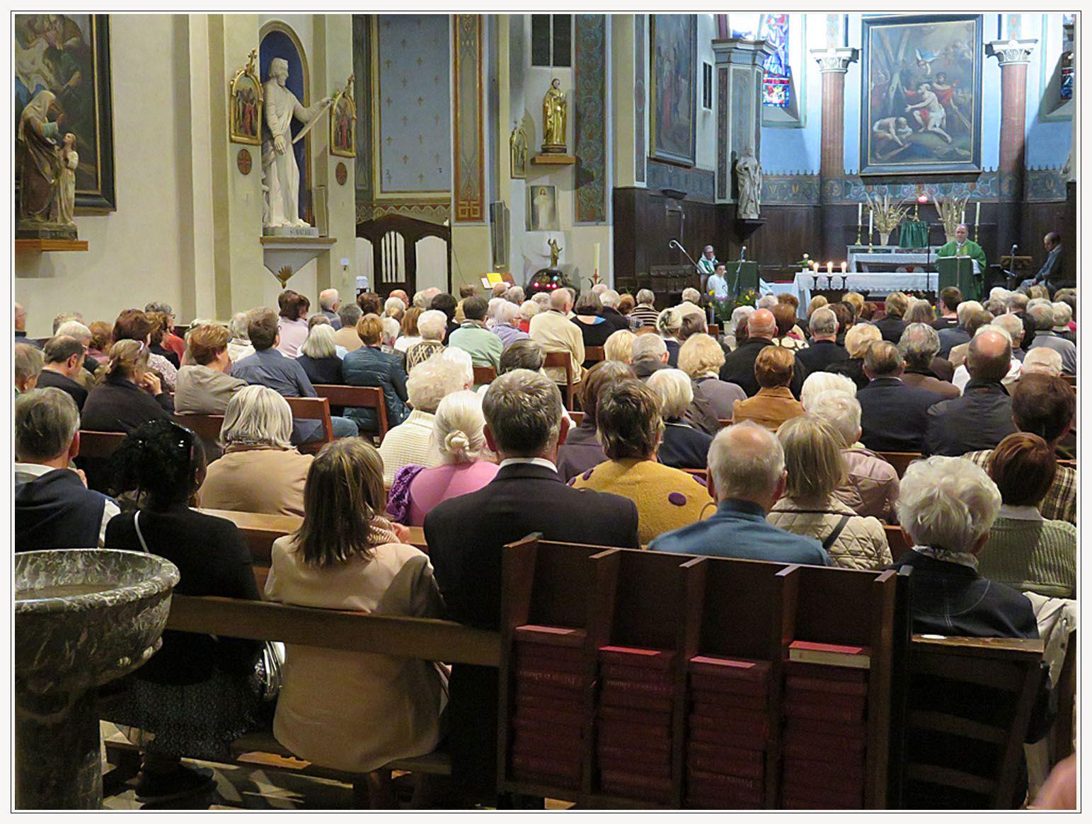 Une église bondée pour écouter Monseigneur Nault