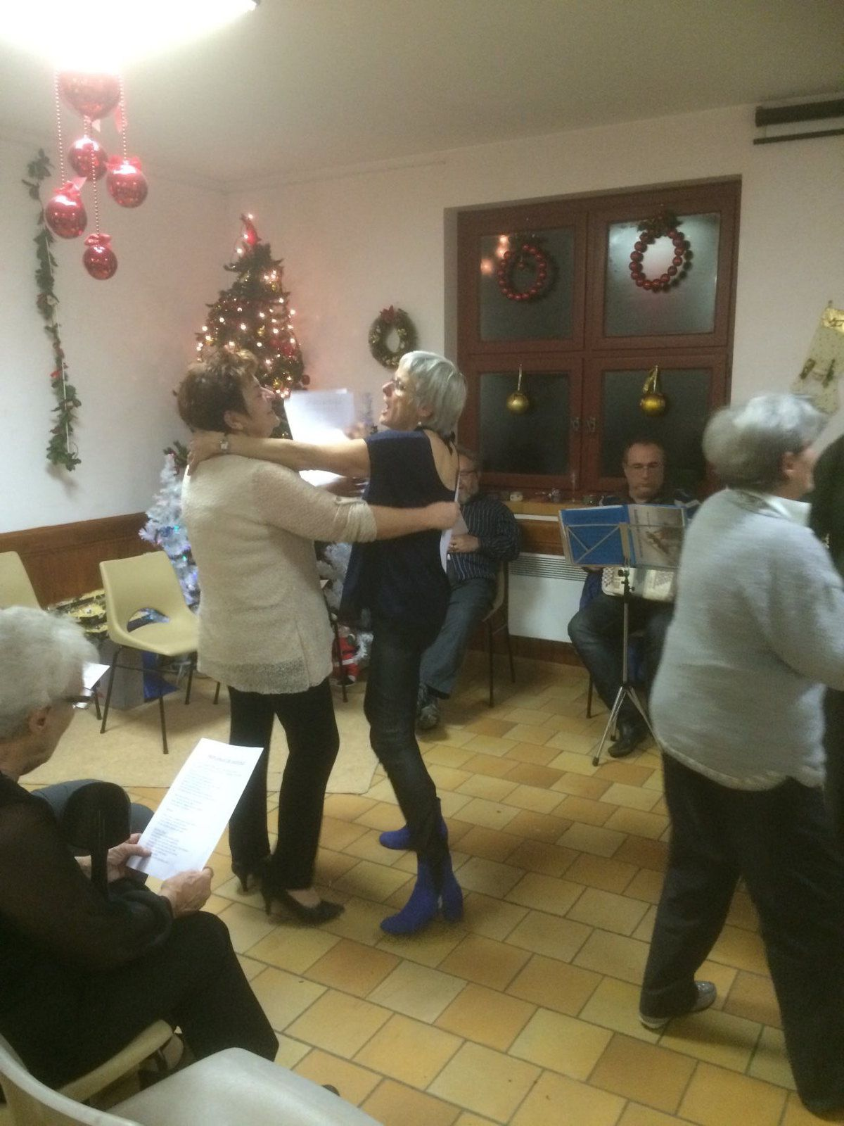 St Julien du Verdon : Les enfants accueillent le père Noël