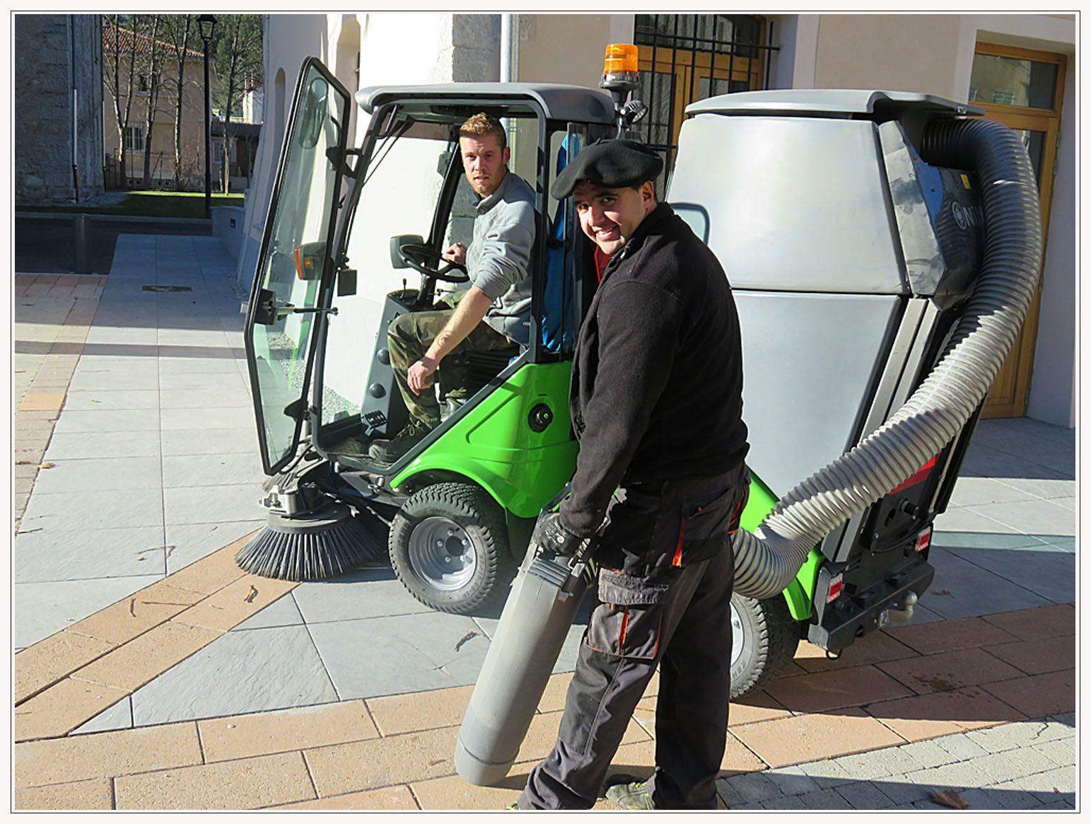 Loïc et David en pleine utilisation de la nouvelle balayeuse devant la mairie et dans la ruelle