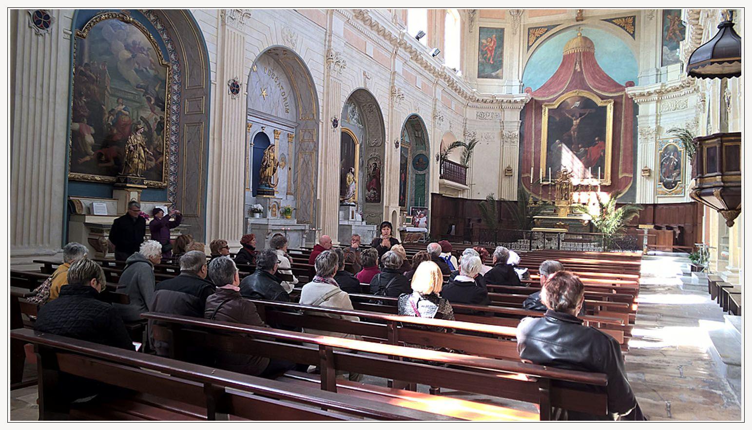 Les deux premières photos :L'ILE  aussi connue sous le nom de miroir aux oiseaux et  Notre groupe à l'intérieur de l'église la Madeleine du 17 ème siècle.