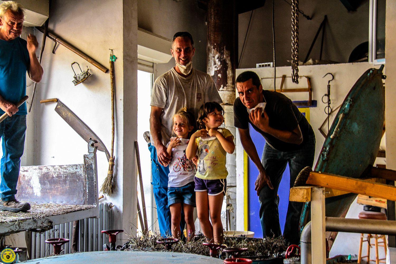 La distillation c'est aussi une fête , chacun participe même les plus jeunes comme ici la famille Mistral avec la motivation de chacun et de tous pour une récolte réussi
