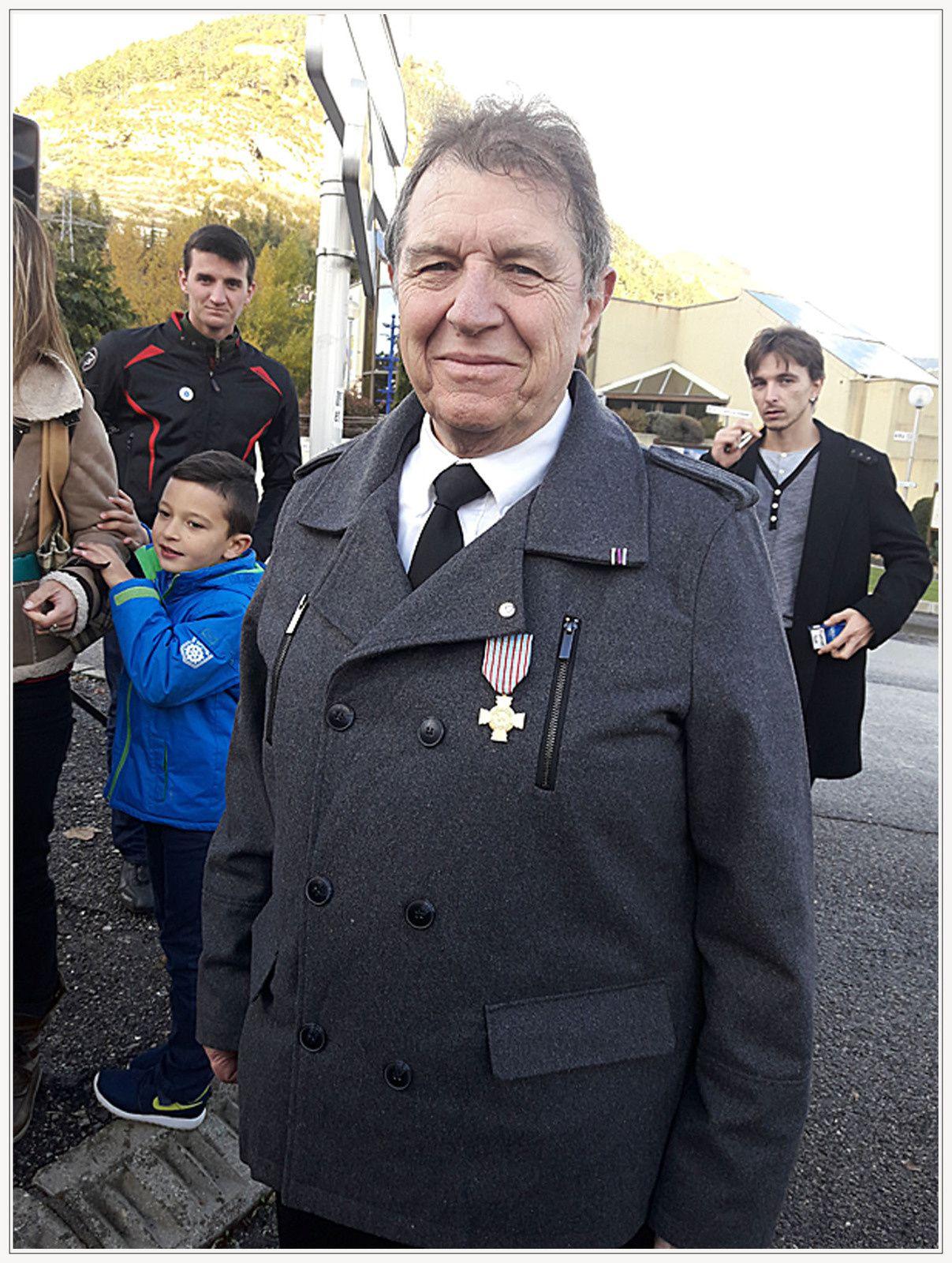 """Richard De Clementi a été décoré de la croix du combattant au titre des OPEX ( Opérations Extérieures Liban 1984 et Golfe d'Ormuz 1988 ) par Mme Carmaran Directrice départementale de l'ONAC-VG (Office National des Anciens Combattants), lors de la cérémonie du 11 Novembre à Digne """""""