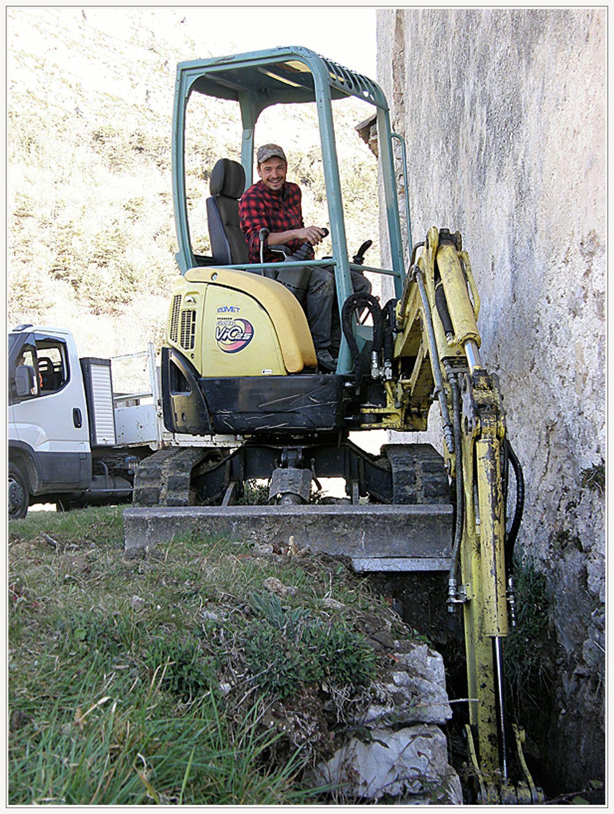 Robion travaux d'entretien autour de l'église du village par les bénévoles de la Robionnaise