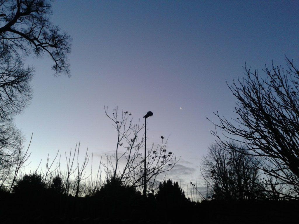 Ciel du 6 janvier à 8 H 15 ... Au Sud-Est, la lune en phase ultime du dernier quartier apparait en fin croissant à droite du lampadaire qui vient juste de s'éteindre... Les jours ont commencé à rallonger...