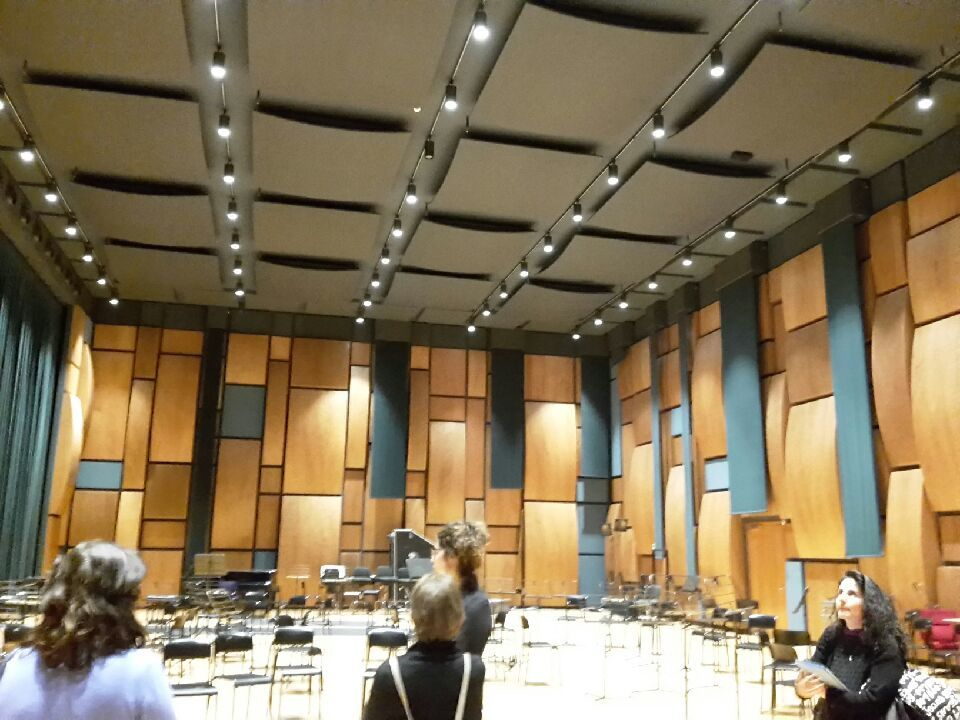 l'intérieur moderne a une acoustique parfaite...et au 2° sous sol une salle pour concert complètement insonorisée
