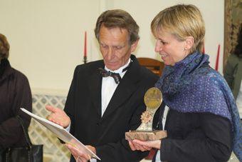 Le Président André Bouchut remettant le Trophée «SORBIELLES» à Madame Fabienne BUCCIO, préfète de la Loire