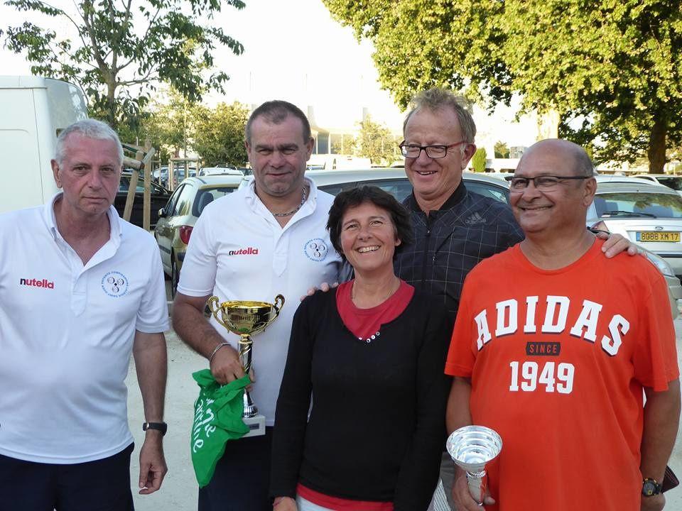 A gauche, les vainqueurs, Carole ETIEN, la Présidente de l'U.B. ROYAN, Jean-Claude VAUGOIS et Yves DUTERTRE