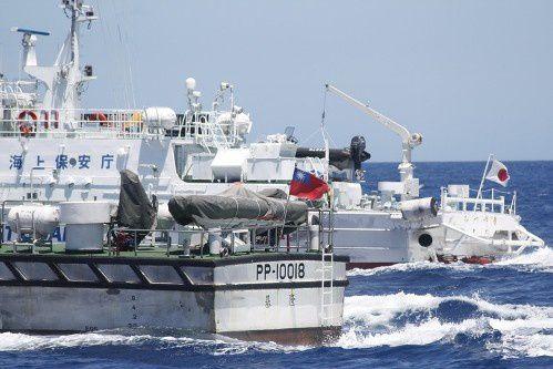 Crédit Photo: Gardes-côtes japonais&taïwanais dans les eaux des îles Senkaku/Diaoyu, 2012-07. DR.