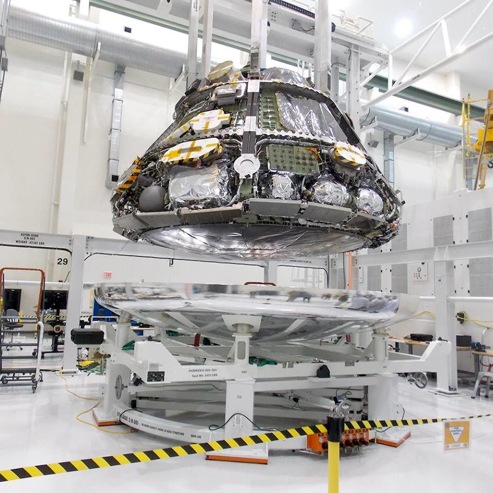 Installation du module Orion sur son bouclier thermique.