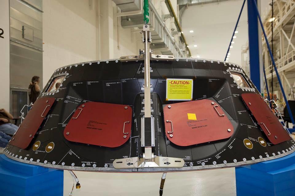 Ingénieurs et techniciens terminent l'installation du bouclier thermique arrière.