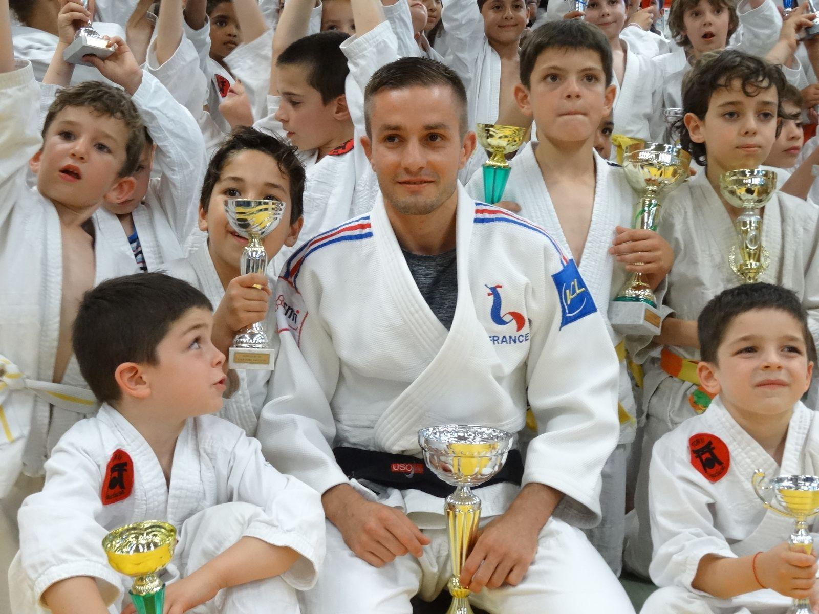 MR JULIEN MATHIEU     PLUSIEURS FOIS  CHAMPION DE JIUJITSU