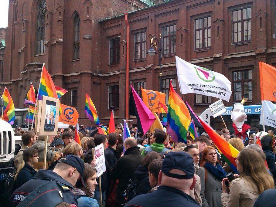 Plus de 300 personnes dans la colonne arc en ciel à St Pétersbourg pour le 1er Mai