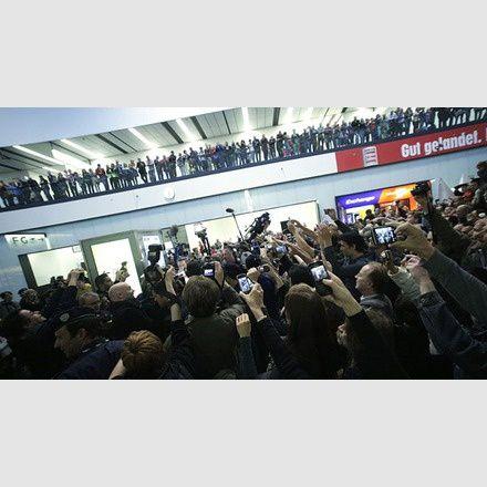 Conchita Wurst : Des centaines de personnes ont célébré son arrivée à l'aéroport de Vienne