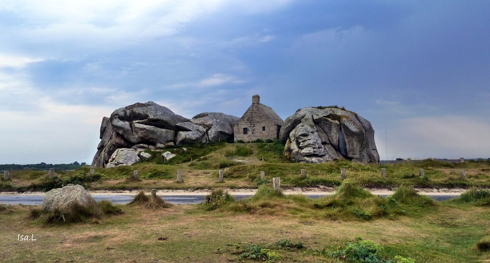 """Maison de """"garde de corps"""" ou maison au toit de pierre."""