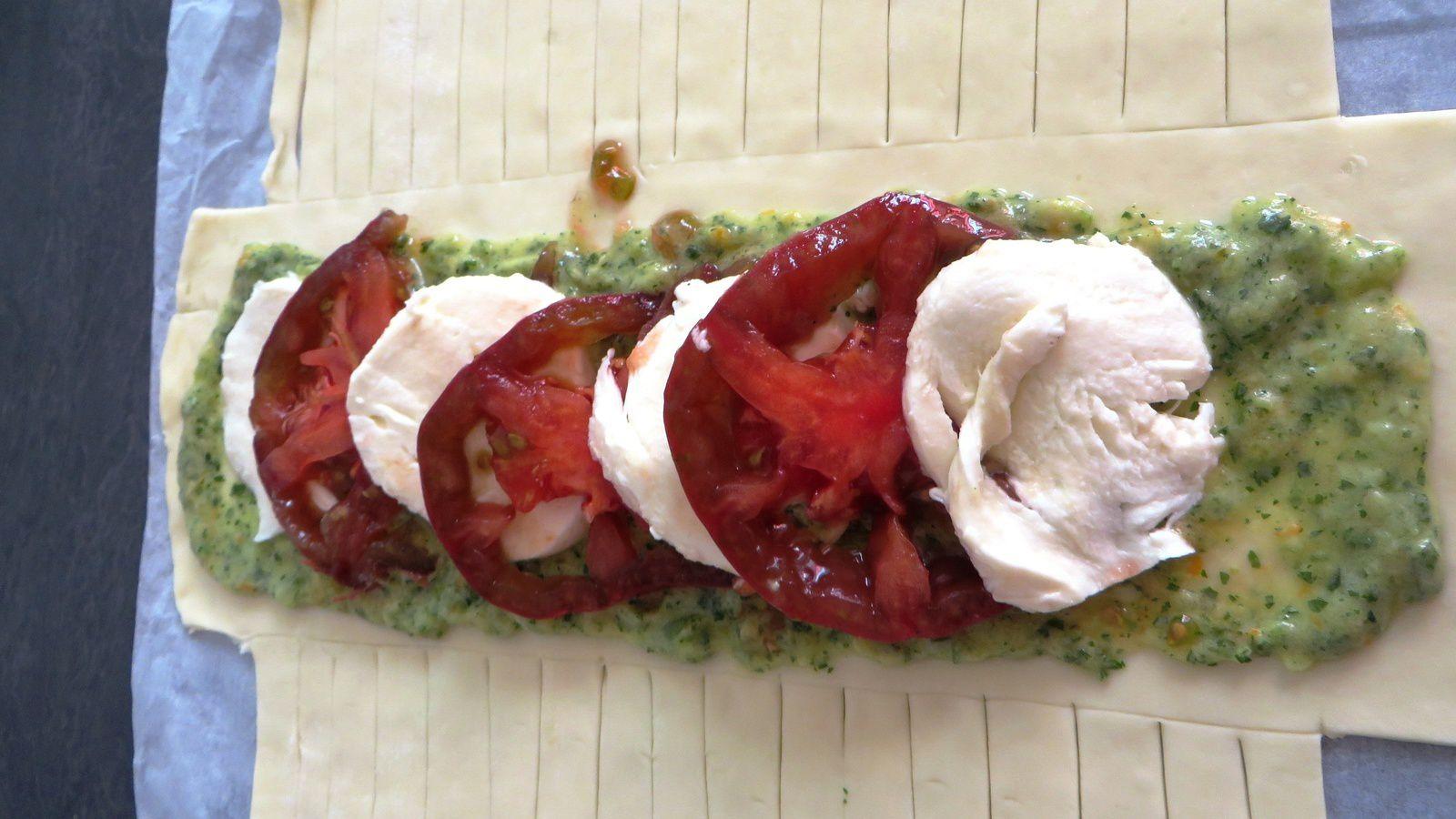 Feuilleté tressé Pesto de tomates verte et orange, tomate noir et mozza