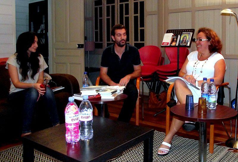 Julie Revault, Jean-Brice Peirano et Sandra dans le salon de la maison Célières