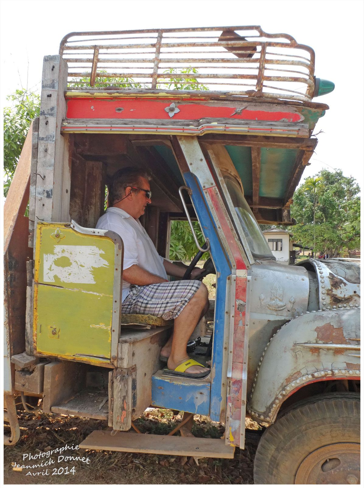 Mon ami Paul au volant..... et posant fièrement à ses côtés..., serait'il tenté de l'échanger avec son puissant combi????