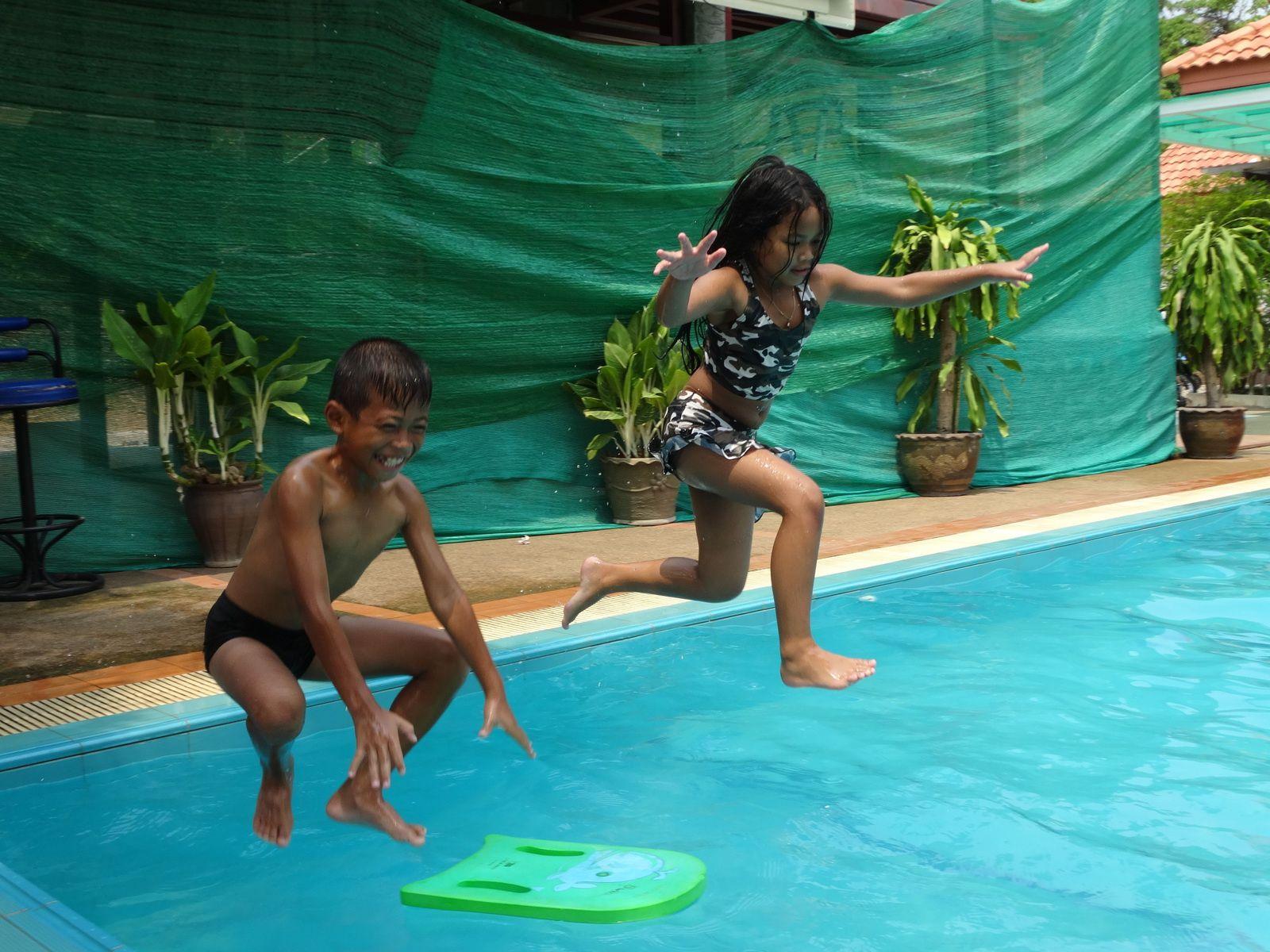Moments de détente dans une piscine en Thailande (Ubonrat)