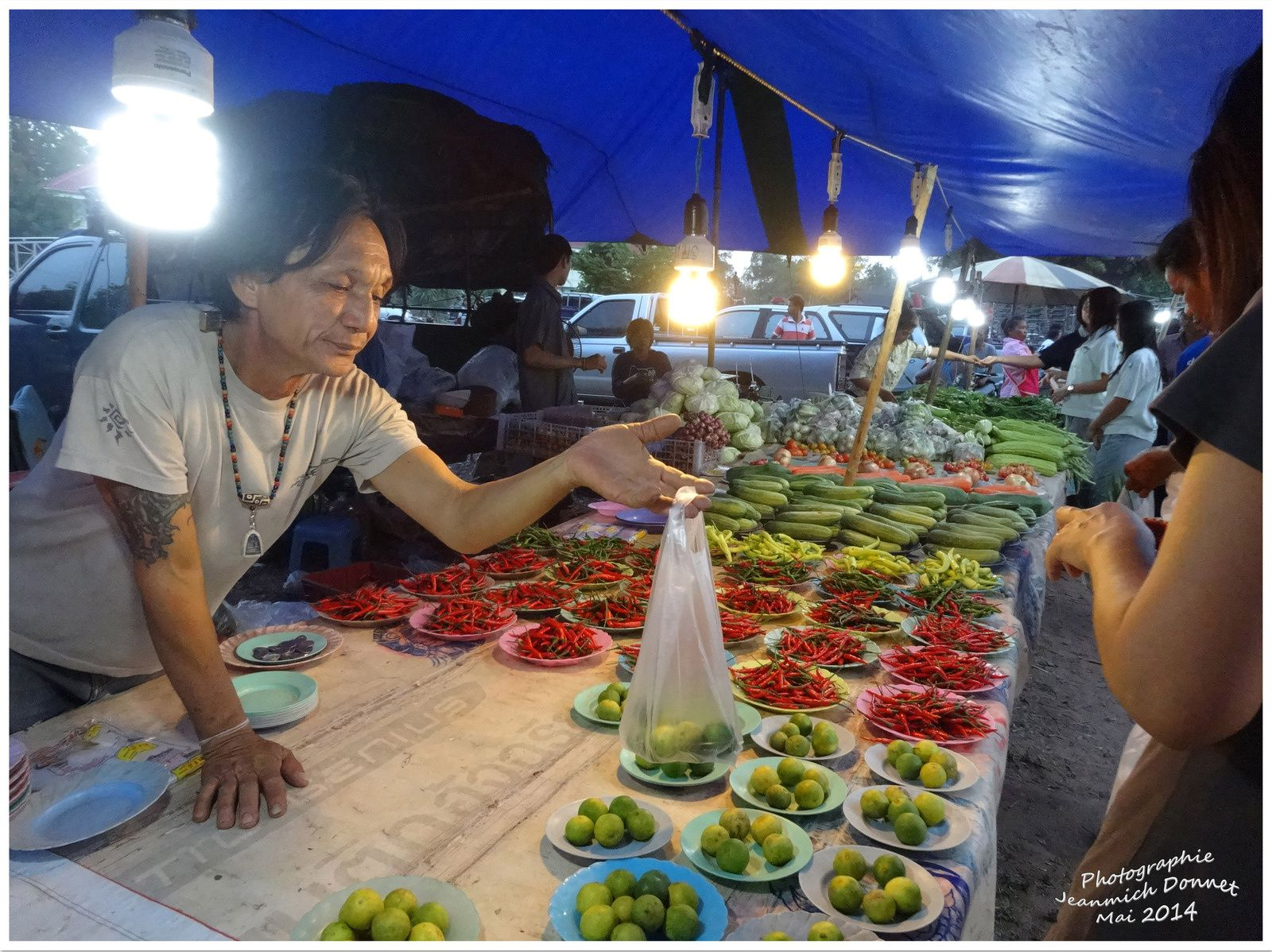 Un soir de marché dans la campagne de Thailande