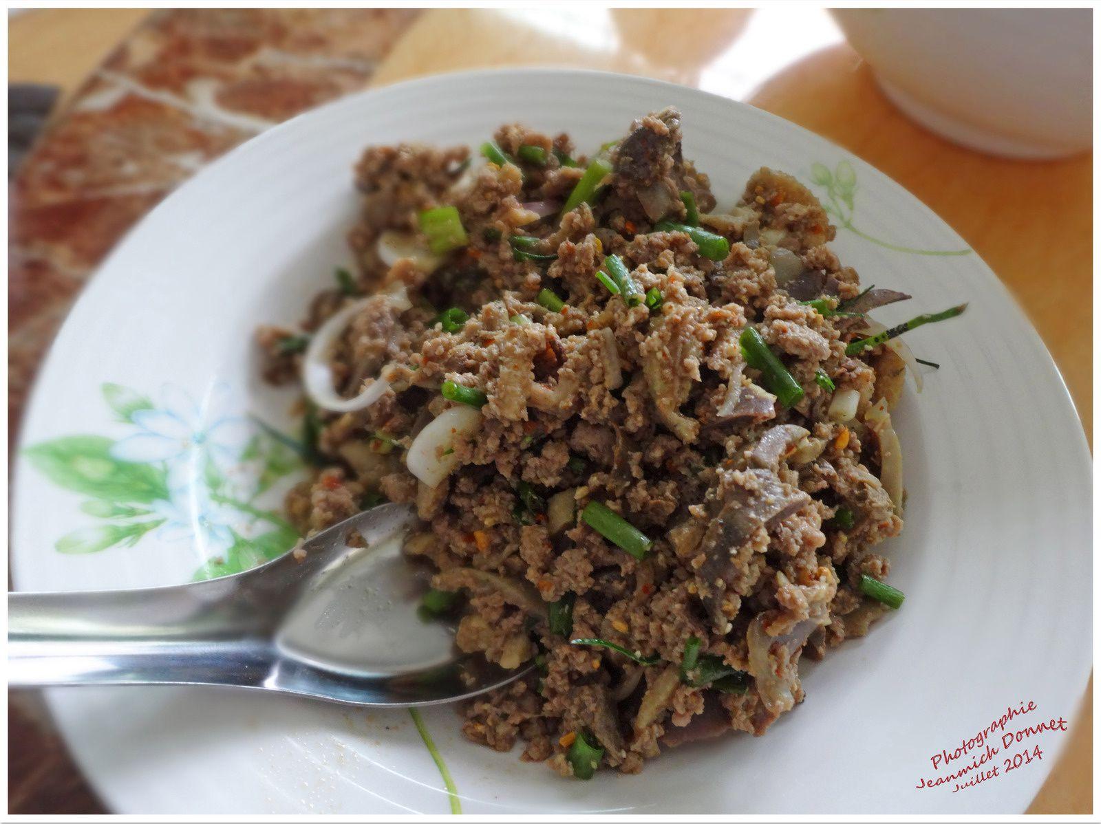 Une superbe salade de canard (lap Phet) accompanée par le traditionnel Kao Nio (riz gluant)