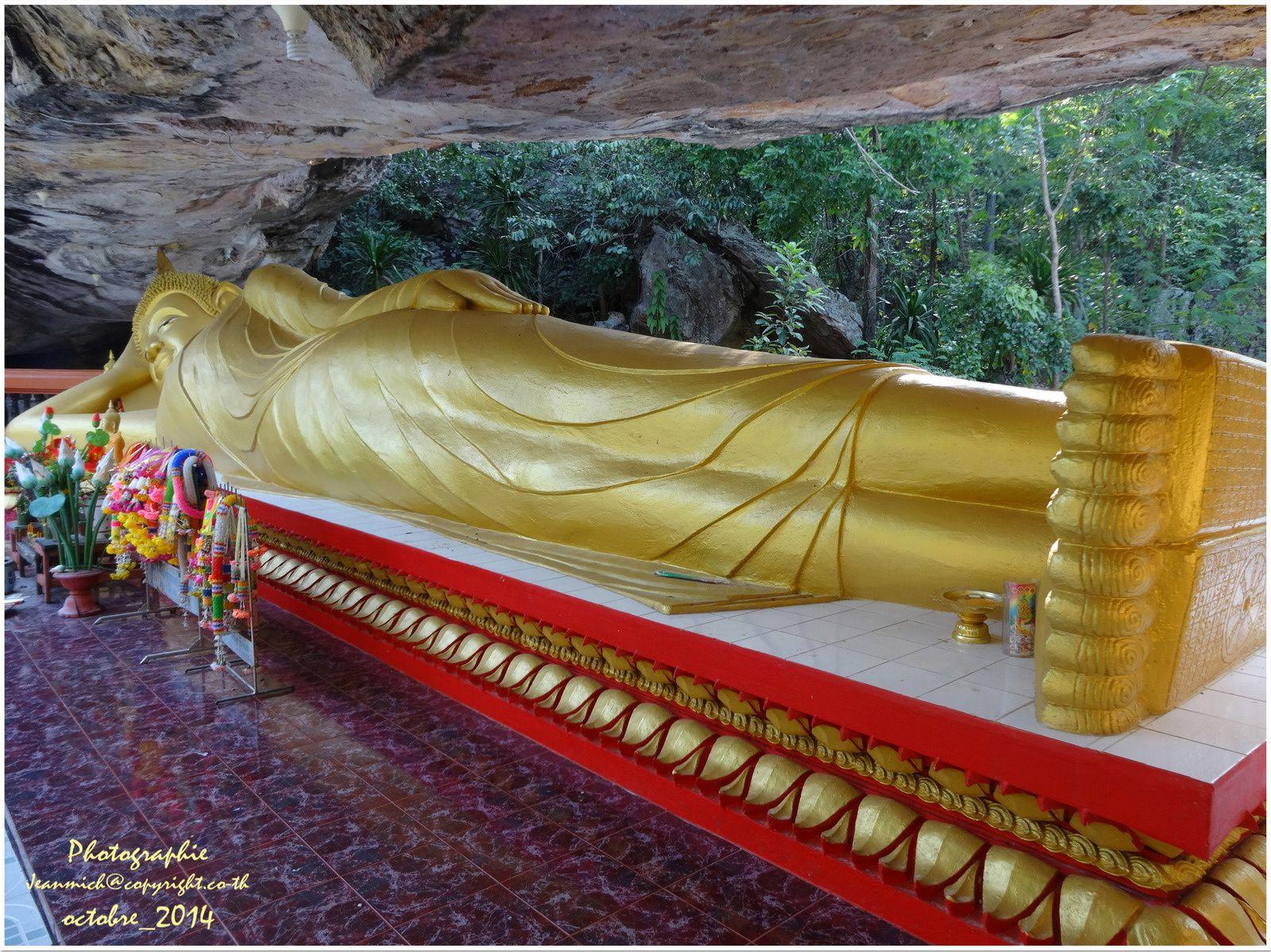 Difficile de saisir toute la statue de Bouddha dans le champ de vision de l'appareil de photo...