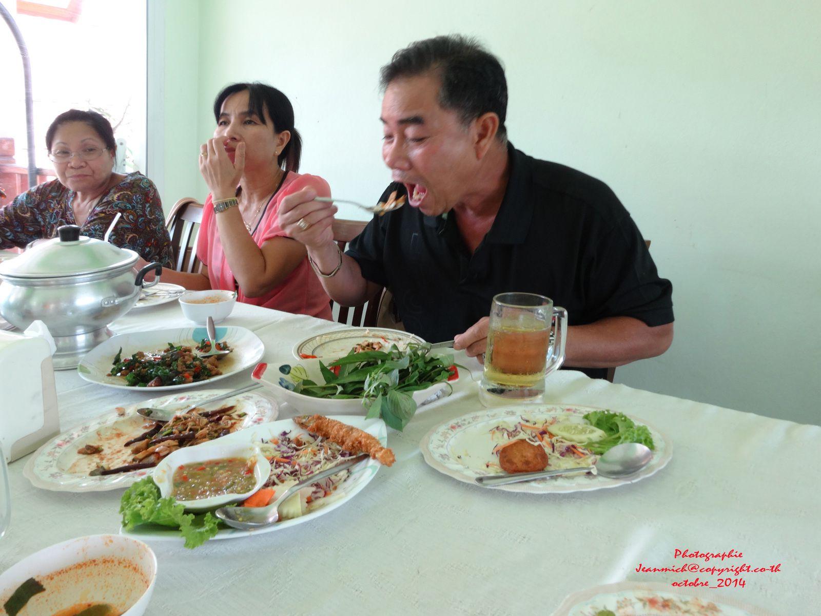 Cela a permis à mon beau-frère Prapas (affamé ce jour là...) de finir tous les délicieux plats...