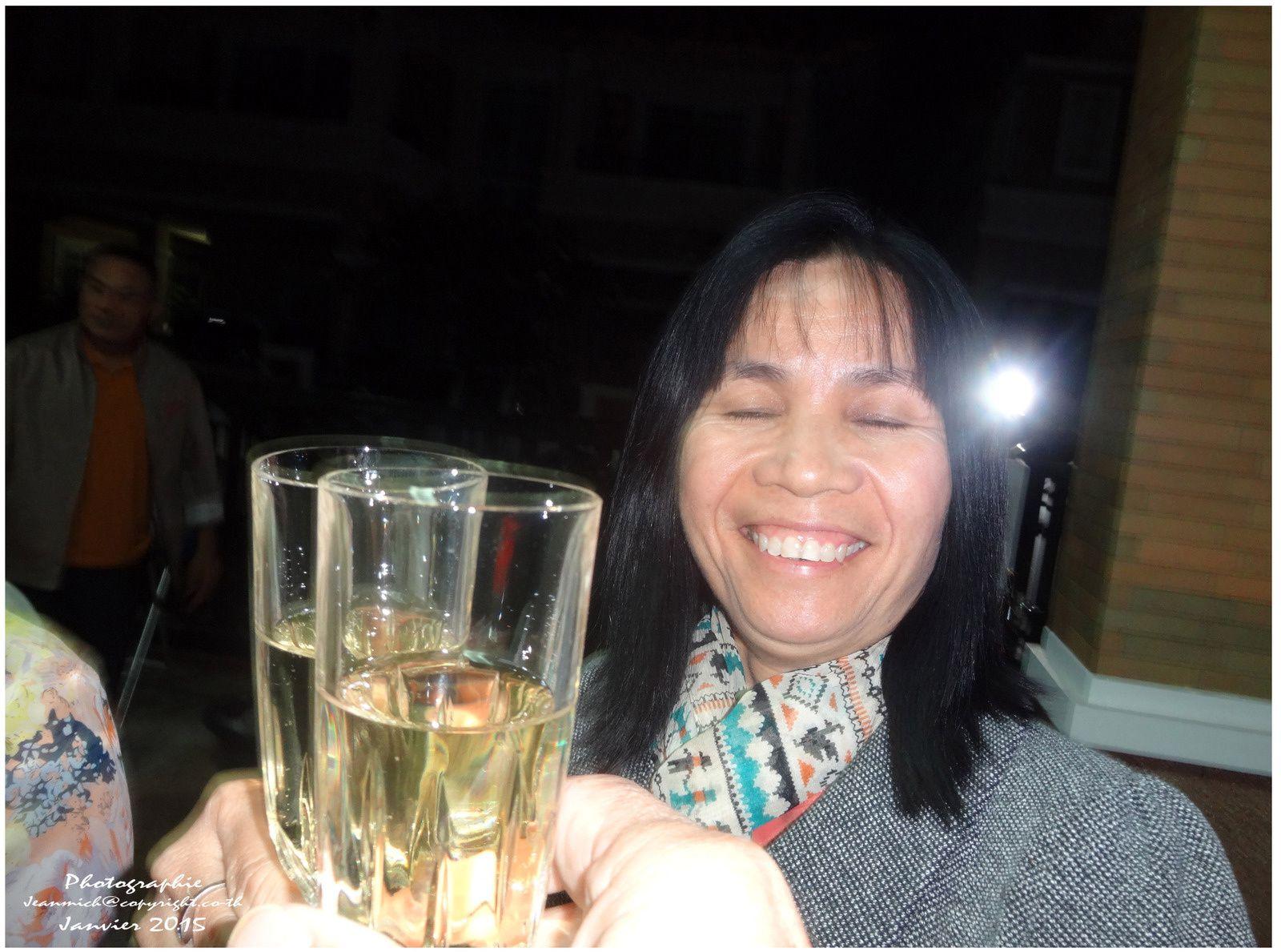 De souhaiter une bonne santé et du bonheur pour tous en cette nouvelle année... à choix 2015 ou 2558....
