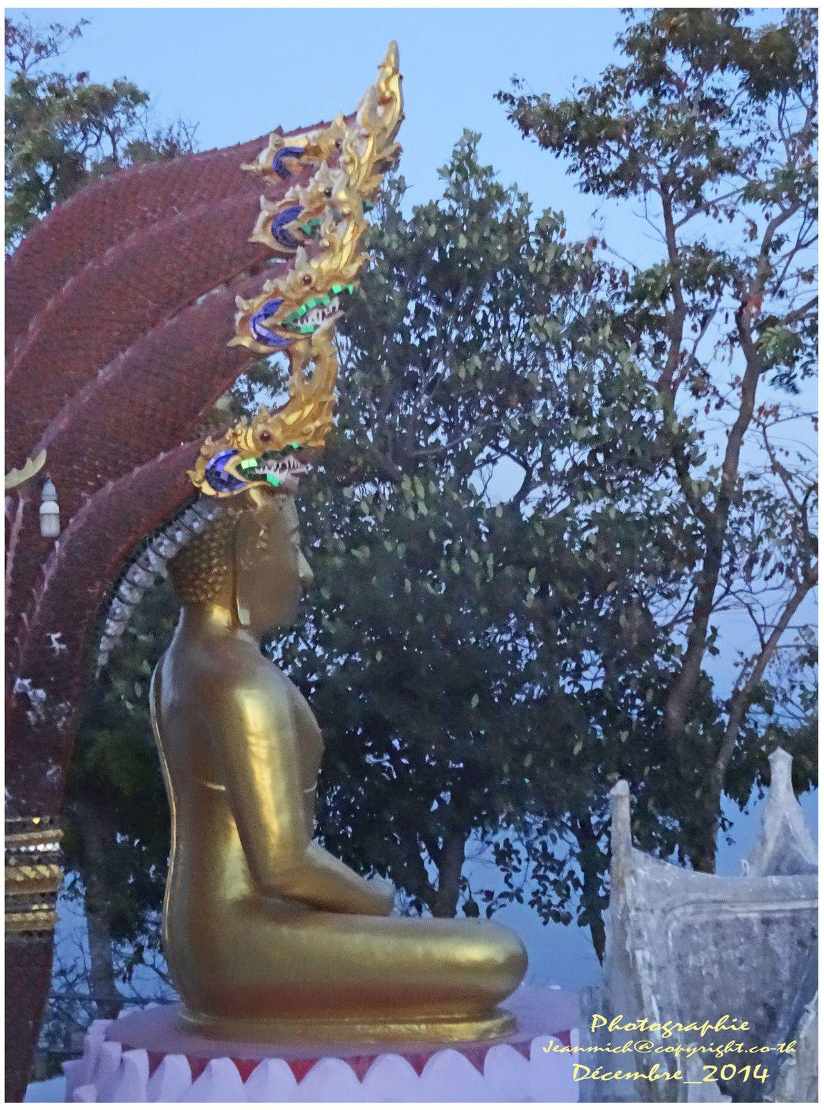 L'aube sur le temple de Wat phra yai, Ubolratana
