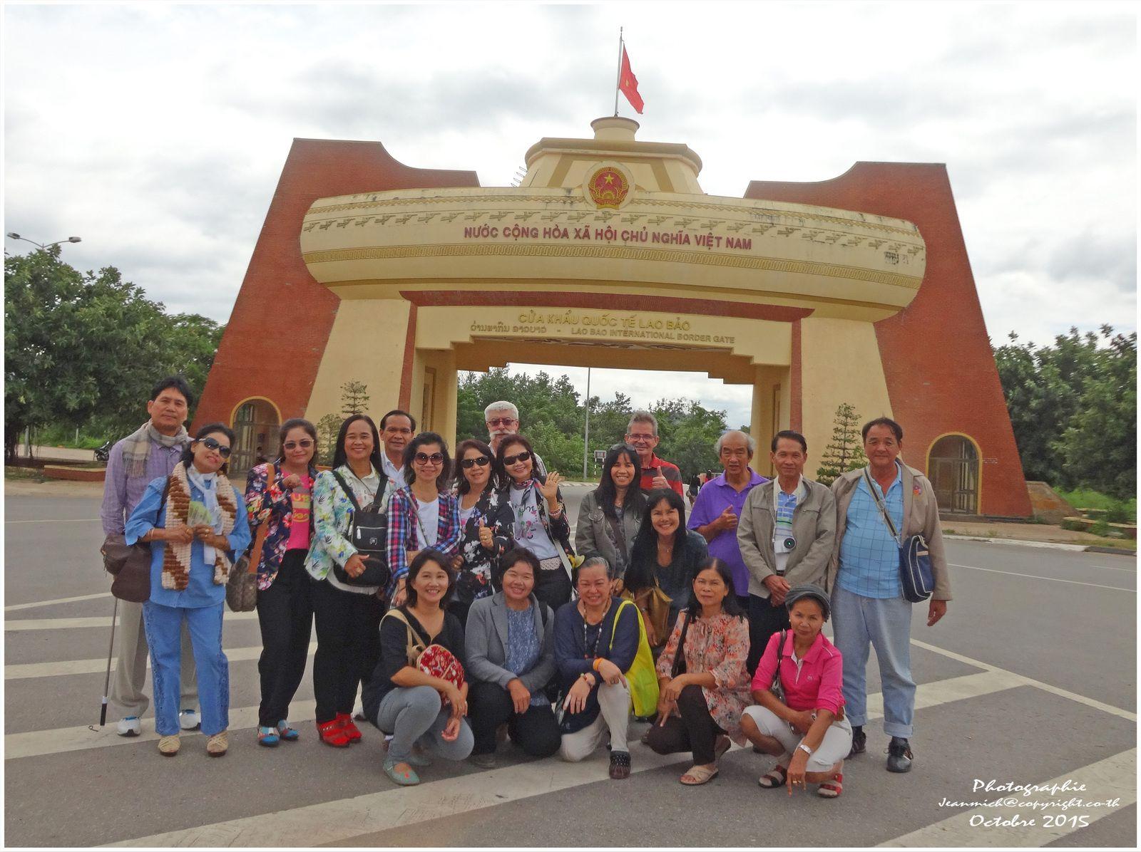 Entrée au Vietnam par le poste frontière Lao Bào.