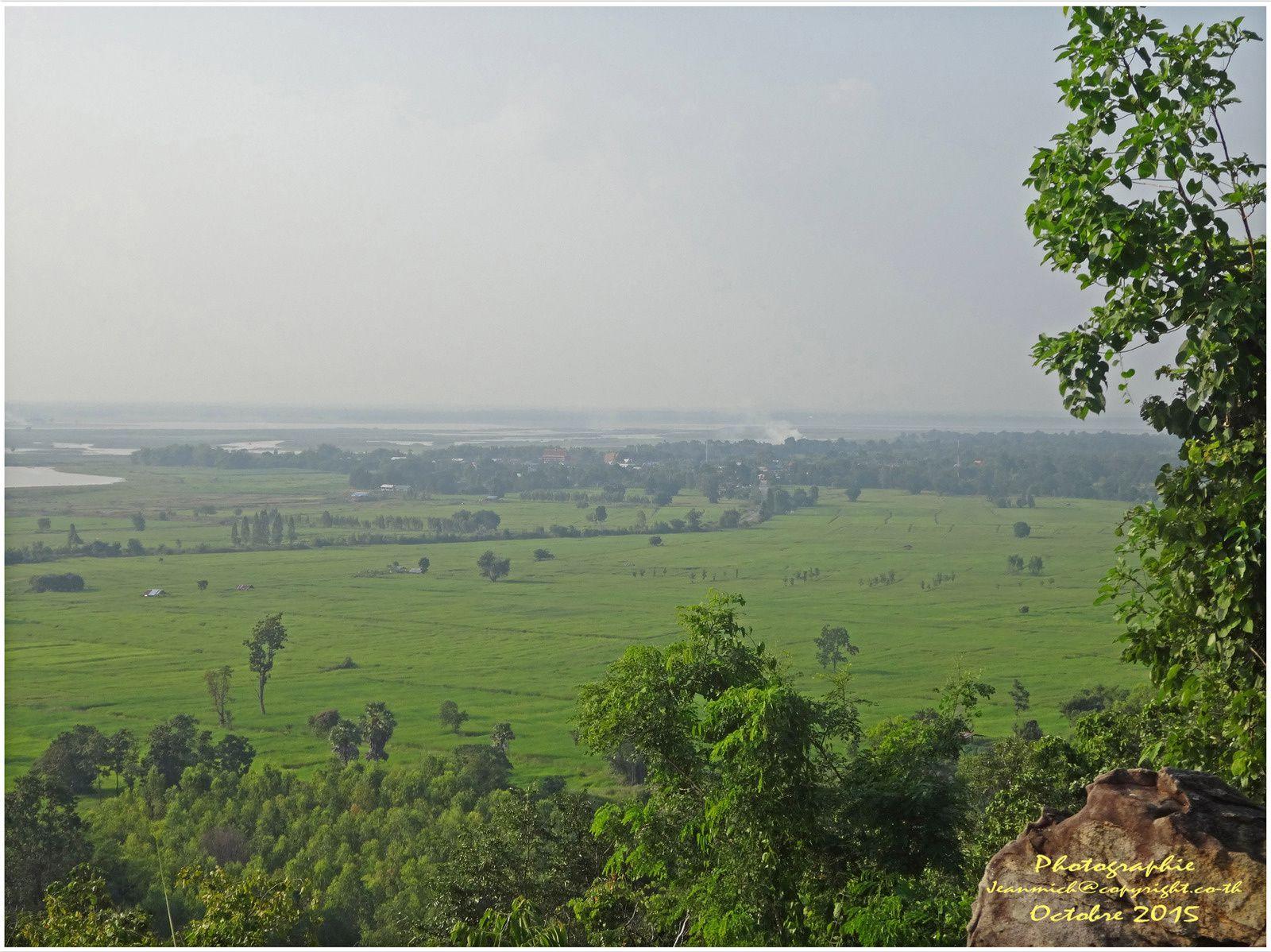Un superbe temple dominant le barrage d'Ubonratana Dam