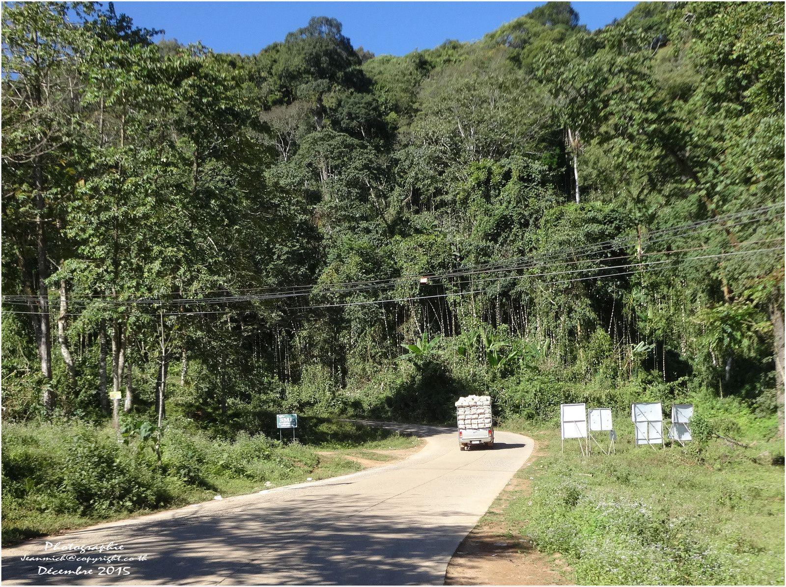 Phu Thap Boek (ภูทับเบิก) la construction du temple et les environs.