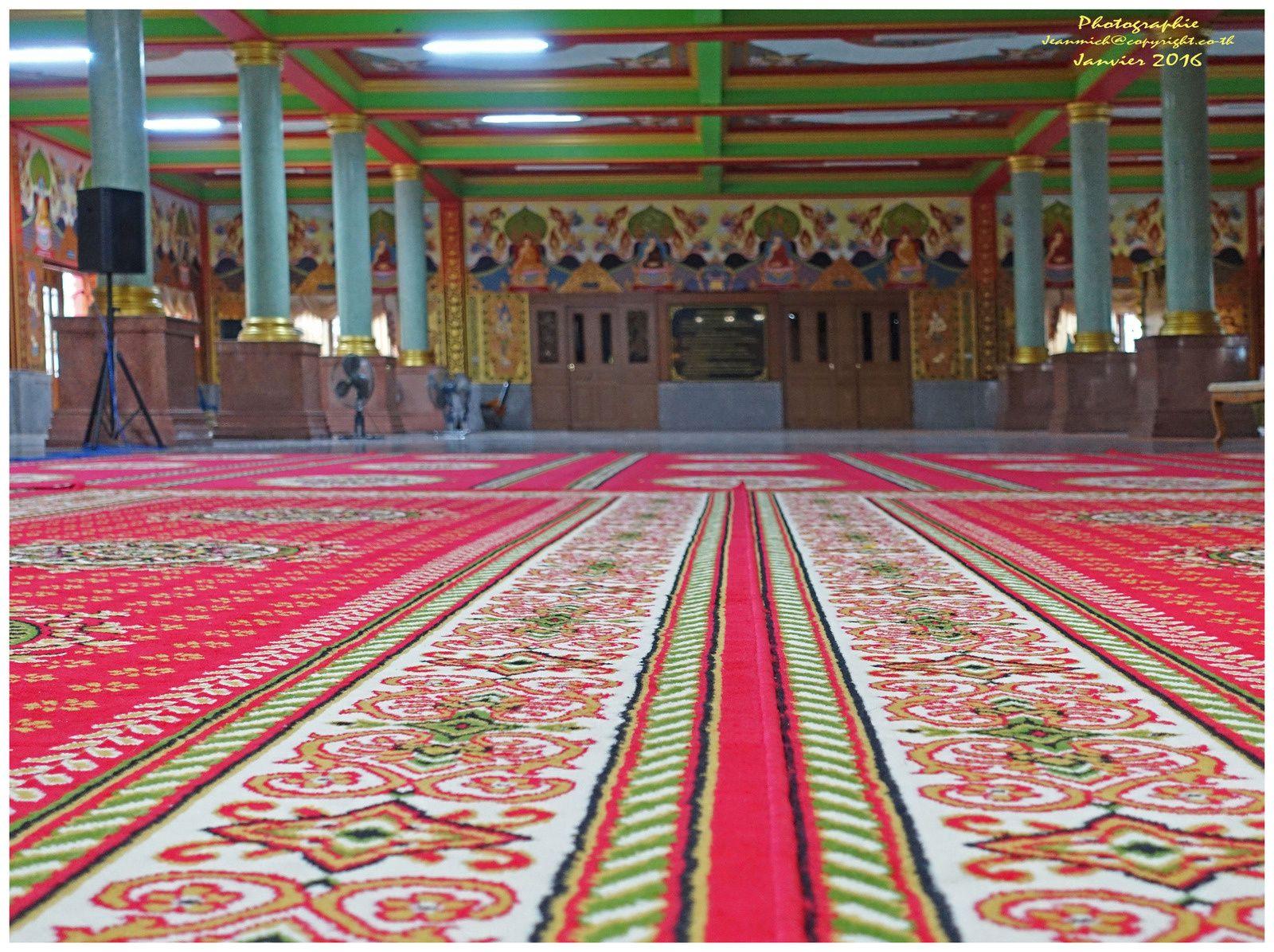 L'intérieur du temple de Wat Khuan Ubolratana Tha Lua