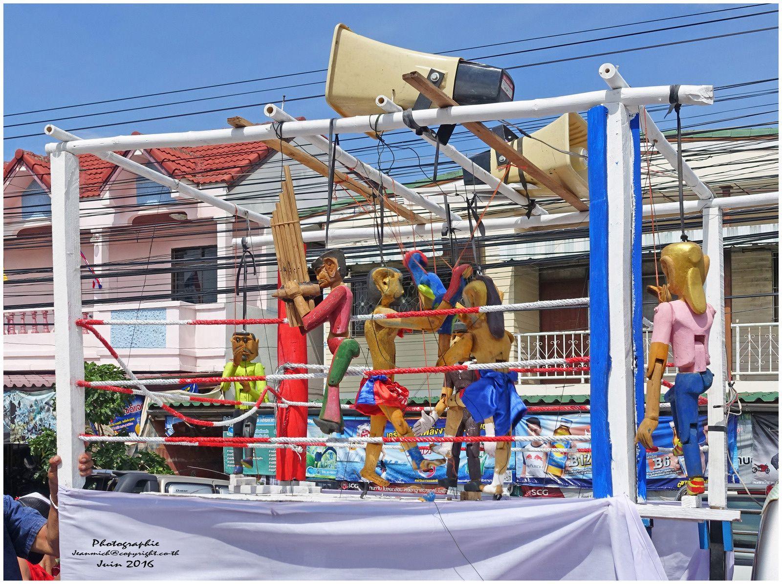 Les marionnettes et le fameux Muay Thaï (boxe Thaï)