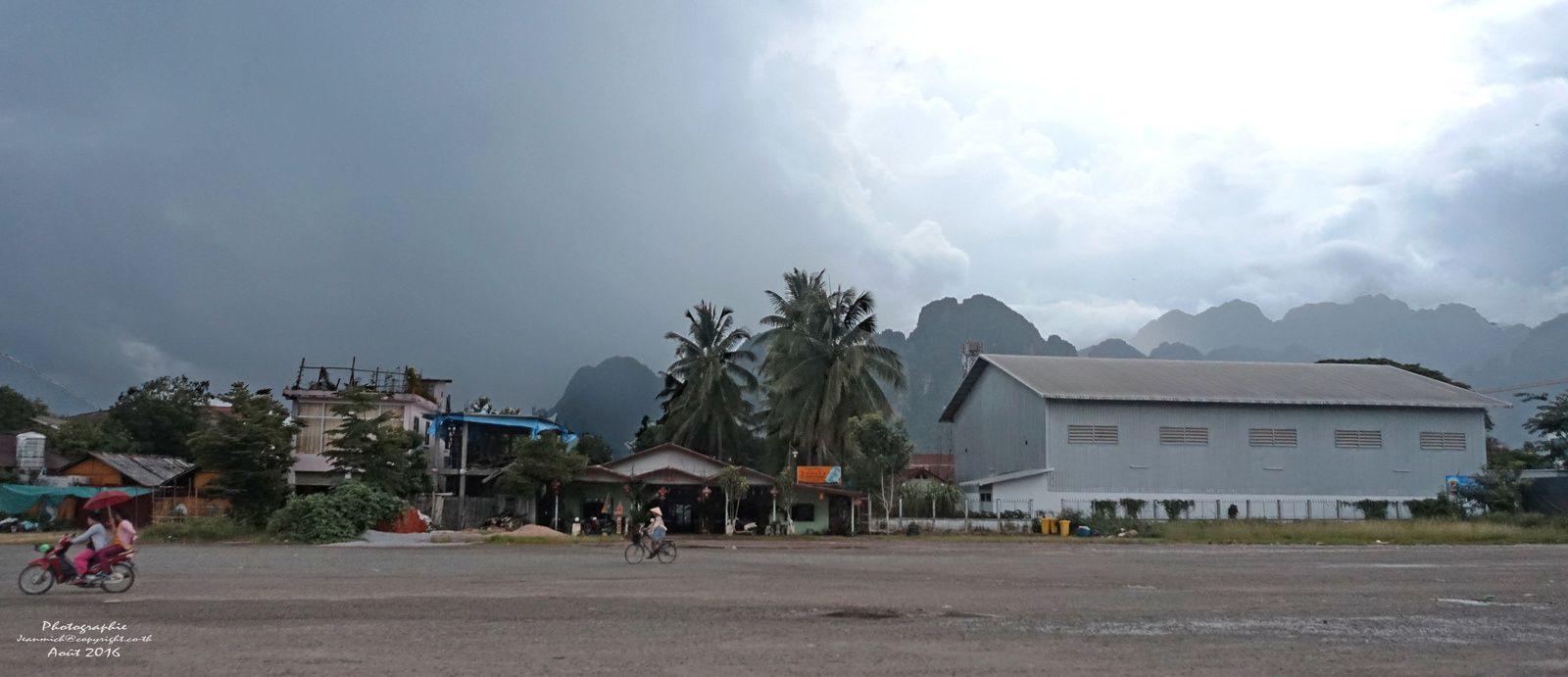 La route entre Vientiane et Vang Vieng (Laos)