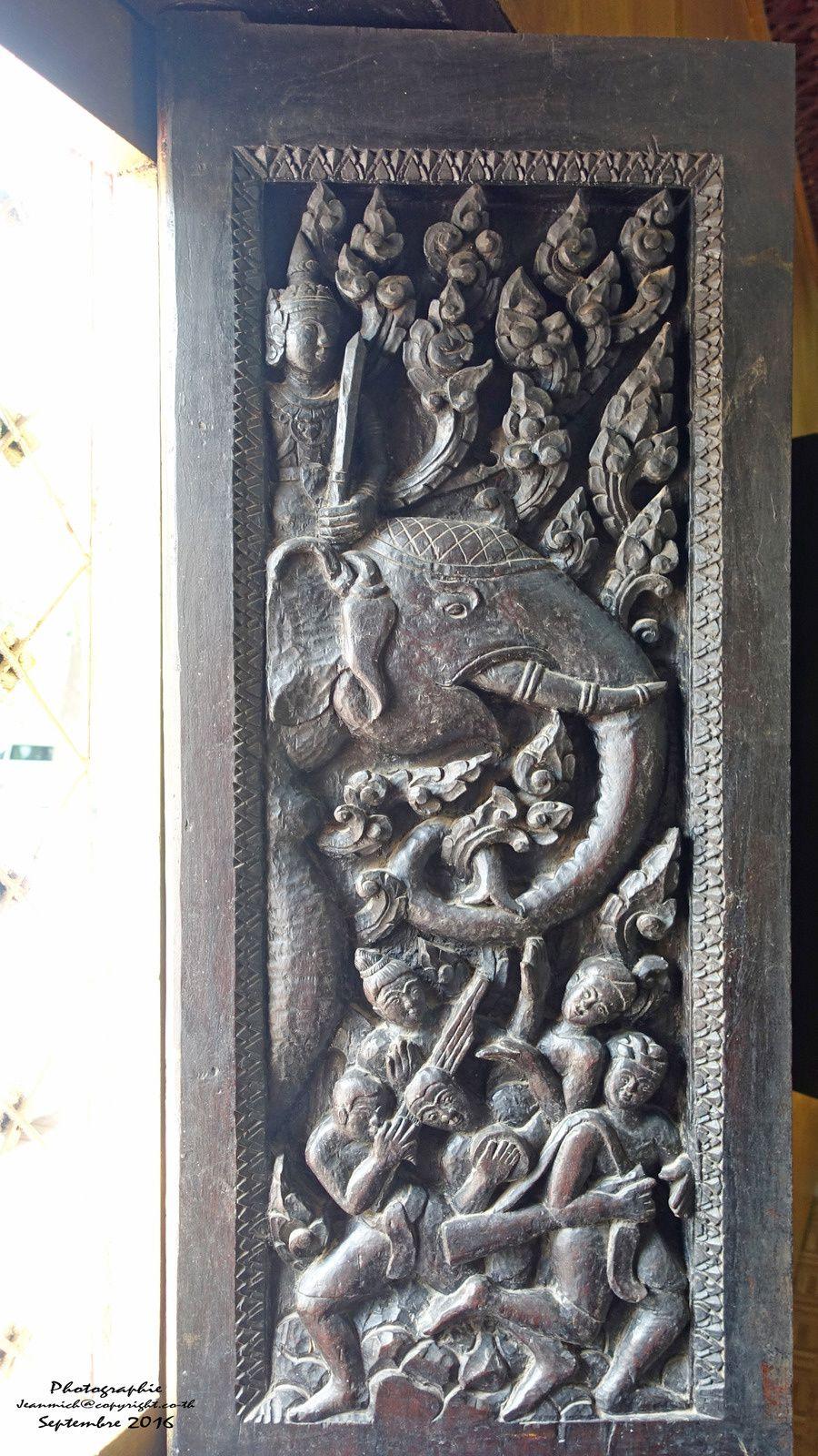 les volets et portes du temples sont de véritables oeuvres d'art.