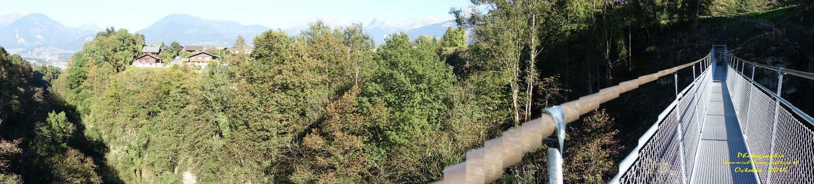 Une passerelle sur la Vièze sur les hauts de Monthey