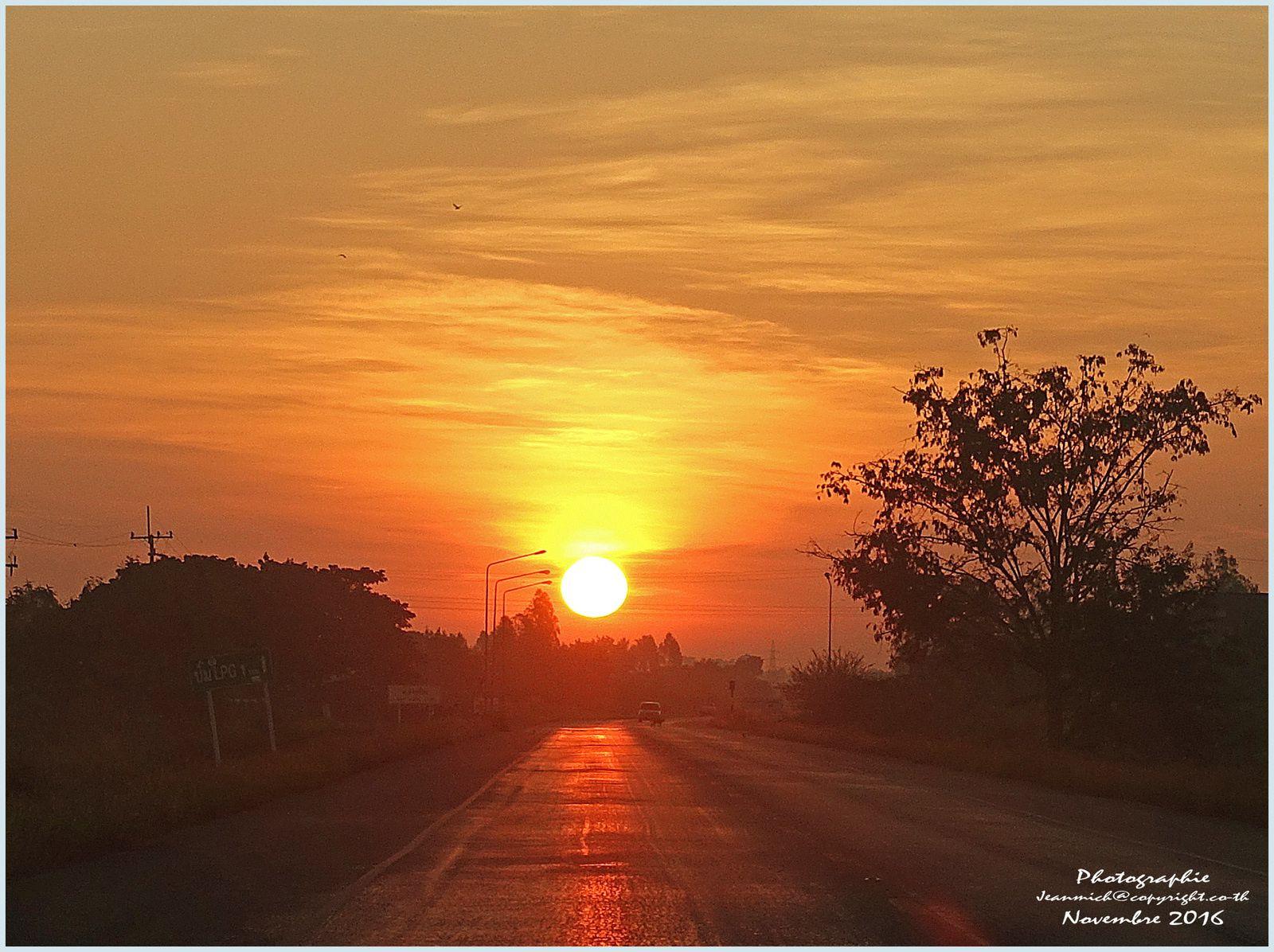 Lever de soleil province de Roi Et (Thaïlande)