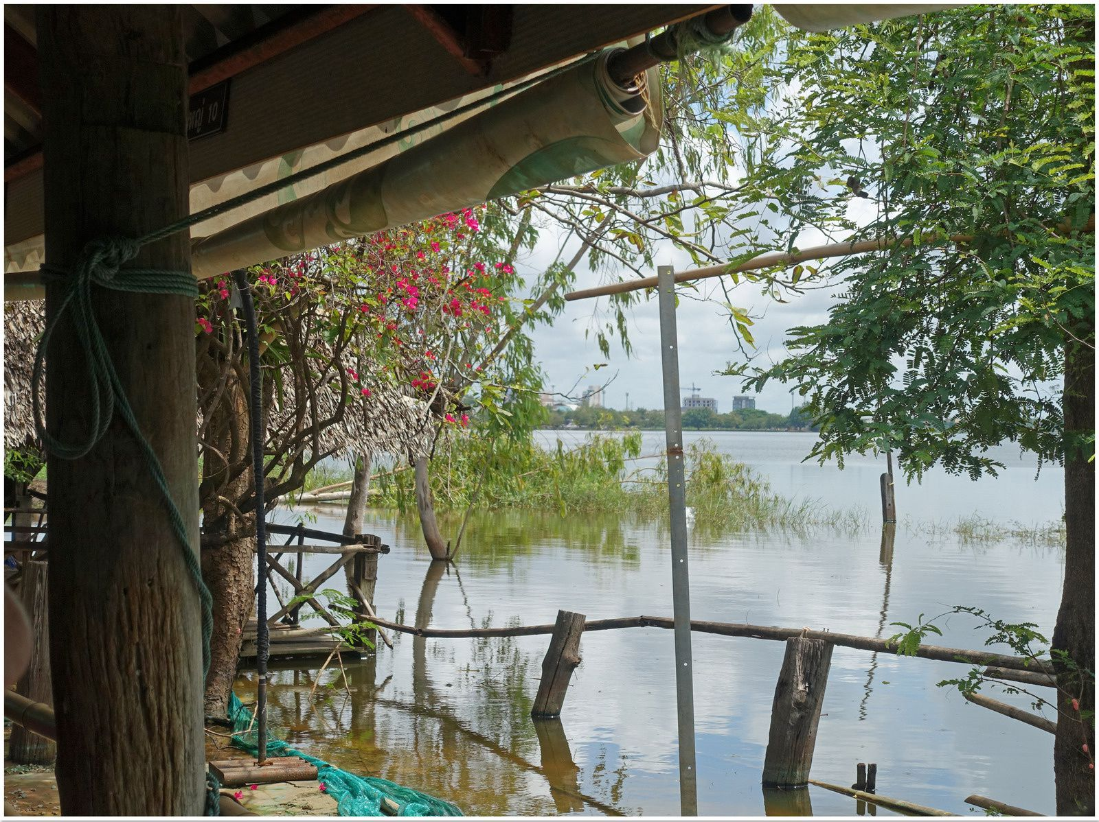 Repas en famille au bord du lac de Nong Khot (Khon Kaen)