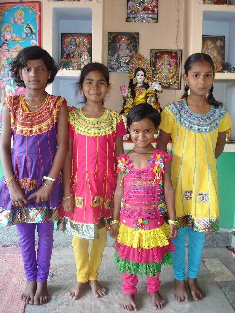 Archana, Nitya, Priyansi et Sueta avec leurs nouveaux vêtements.