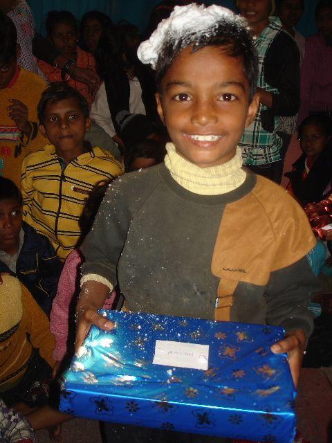 Noel : Distribution des cadeaux.